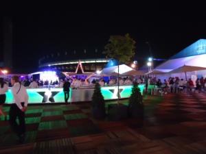 UEFA Champions Village mit Heineken Bar. Im Hintergrund sieht man das Dach des Olympiastadions