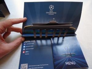 Aufwendig gestaltete Speise- und Getränkekarte mit Stadion und Brandenburger Tor