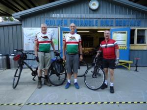 Neil, Roland und ich begeben uns auf die 250 Meilen lange Radtour (hin- und zurück). Aufgenommen vor dem Geschäft des Outfitters.