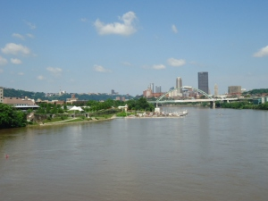 Skyline von Pittsburgh (aufgenommen von der Hot Metal Bridge). Links sieht man das Hofbräuhaus München.