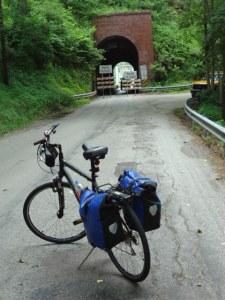 Strassentunnel bei Perryopolis. Links und rechts des GAP Bike Trails hat es Berge!