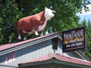 Der Stier auf dem Dach eines Cafes in Confluence