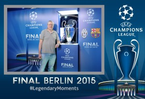 Trophy Photo mit Henkelpott auf der UEFA Champions League Fanmeile auf dem Pariser Platz am Brandenburger Tor