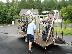 Räder werden verladen auf der Stadtbuslinie in Decin