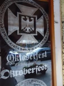 """T-Shirts die der Souvenirladen """"Alpenland"""" verkauft - in Deutschland sicherlich verboten"""